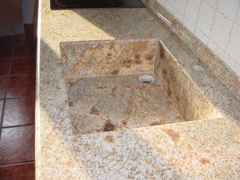 Fregadero de piedra bajo mesada de la cocina del - Fregaderos de piedra ...